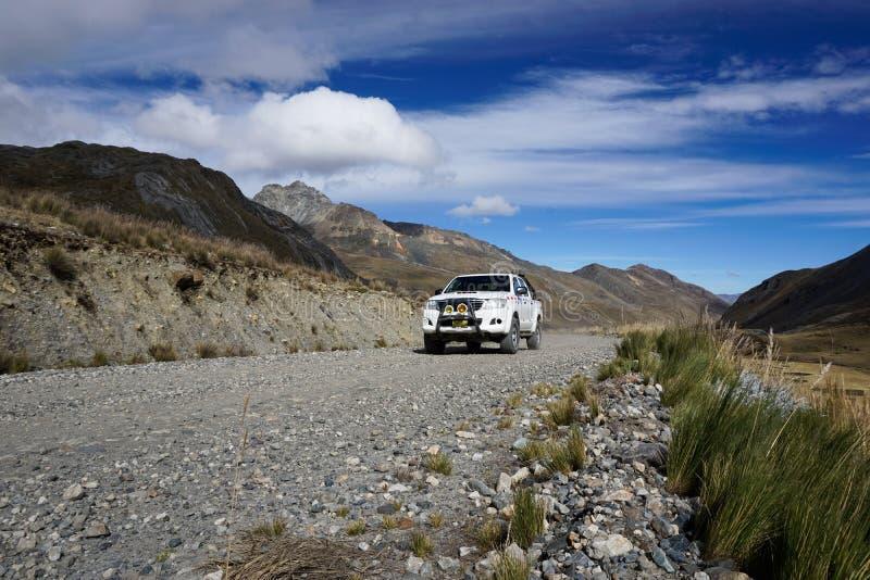 Pastoruri Ancash, Peru,/: 10 Czerwiec, 2016: offroad taxi podróżuje od Catac Pastoruri lodowiec w wysokich wysokogórskich obszara obrazy royalty free