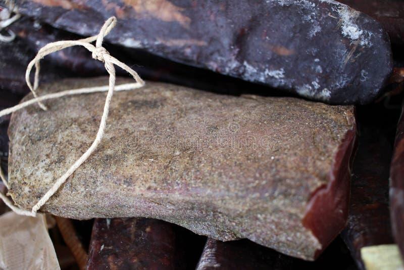 pastrami Καπνισμένη jerky λιχουδιά Καπνισμένο pastrami Γαστρονομικό κρέας Ξηρό κρέας με τα καρυκεύματα Ποικίλο ξηρό σαλάμι Φωτογρ στοκ φωτογραφία με δικαίωμα ελεύθερης χρήσης