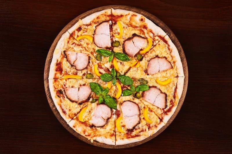Pastrami del pollo, pepe giallo e pizza dei capperi immagine stock