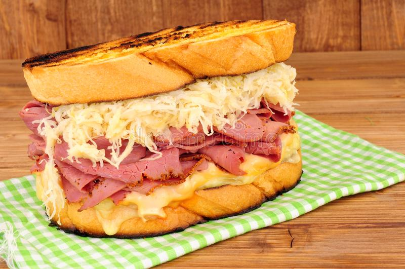 Pastrami Reuben Sandwich On en träbakgrund arkivfoto