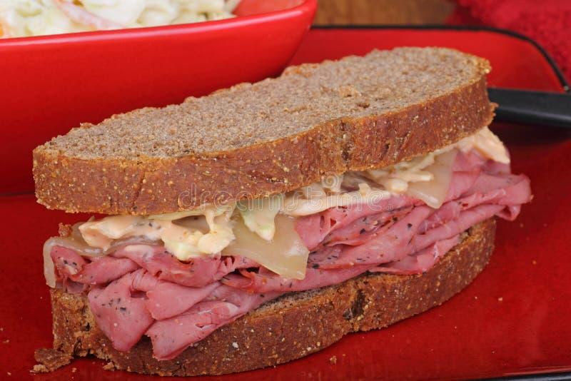 Pastrami-und Käse-Sandwich lizenzfreie stockbilder