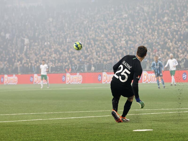 Pastuch Davor Blazevic kopie piłkę przy Szwedzkiej piłki nożnej filiżanki kwartalnymi finałami między Djurgarden vs Hammarby obrazy royalty free