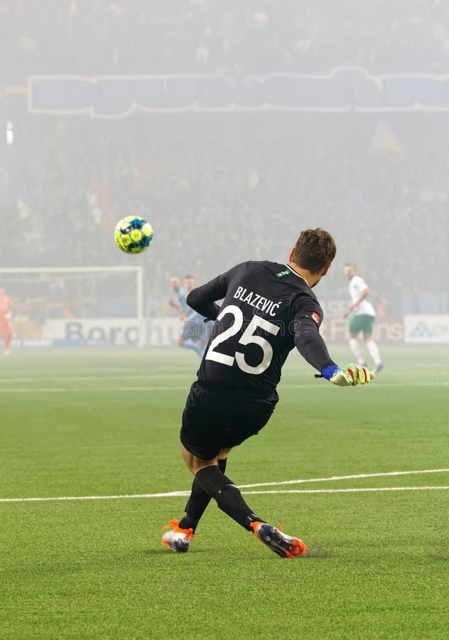 Pastuch Davor Blazevic kopie piłkę przy Szwedzkiej piłki nożnej filiżanki kwartalnymi finałami między Djurgarden vs Hammarby fotografia stock