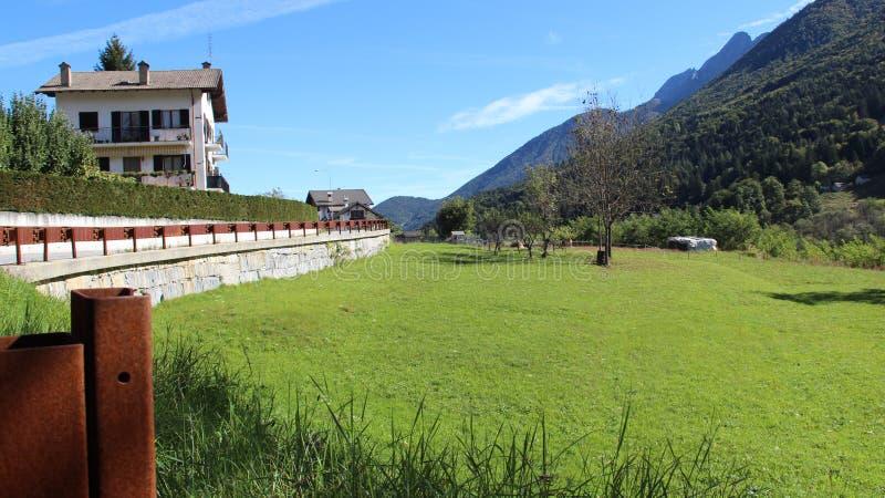 Pasturage和农舍与绿色风景 免版税库存照片