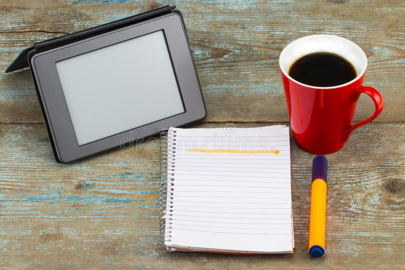 Pastylka komputer osobisty z otwartym notatnikiem i filiżanką kawy na drewnianym bac zdjęcia royalty free