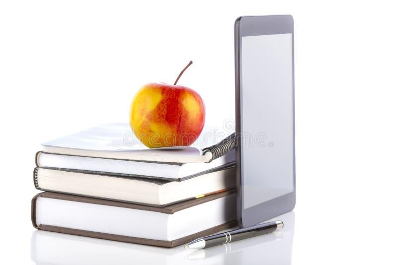 Pastylka komputer osobisty z szkolnymi i biurowymi dostawami. fotografia royalty free