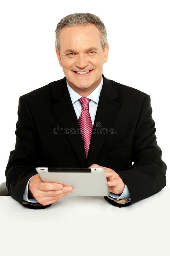 Pastylka przystojny starzejący się biznesowy męski używać komputer osobisty obrazy stock