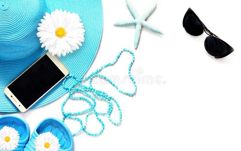 Pastylka z pustym ekranem na biel powierzchni z plażowymi rzeczami, odgórny widok zdjęcia royalty free