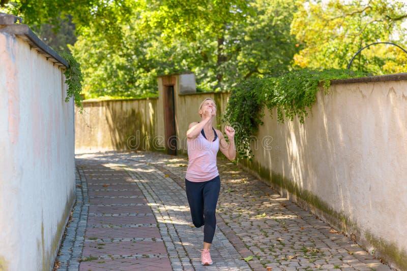 Pasuje do biegania pod zielonymi drzewami obrazy royalty free