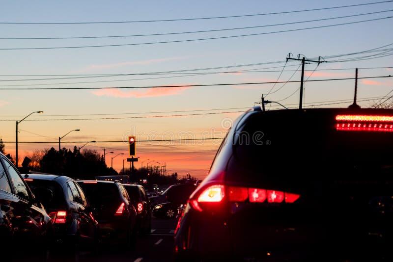 Pasy ruchu pojazdów przy czerwonym świetle zdjęcia royalty free