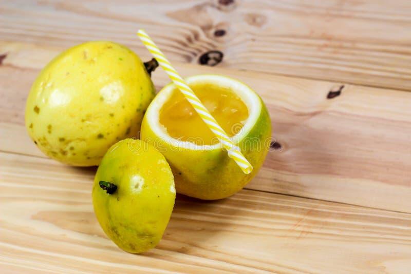 Pasyjne owoc połówka i sok na rocznika drewnianym tle fotografia stock