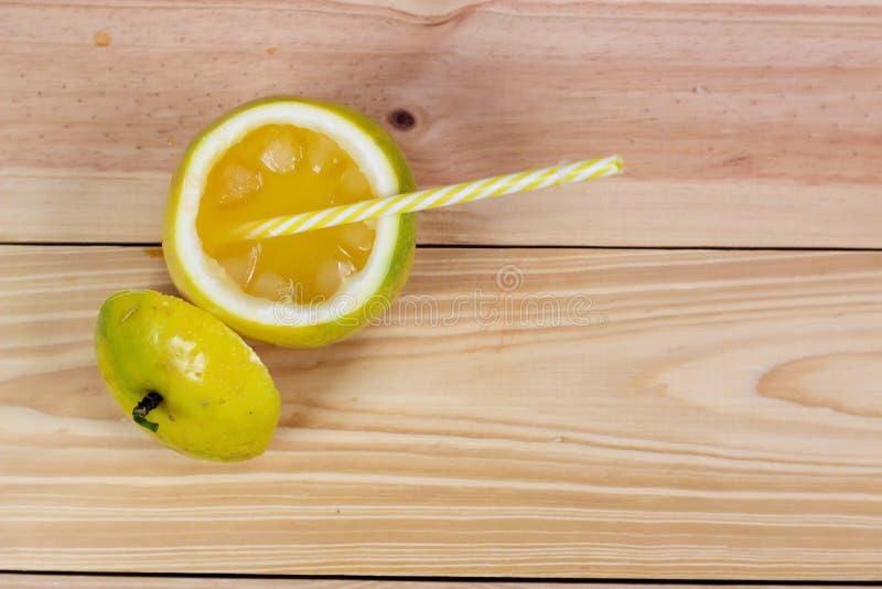Pasyjne owoc połówka i sok na rocznika drewnianym tle zdjęcie royalty free