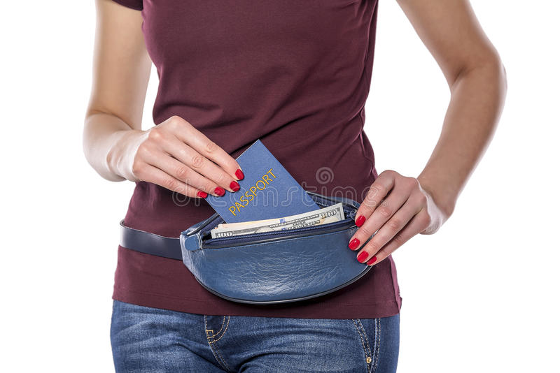 Paszport i pieniądze w mobilnej torbie zdjęcie stock