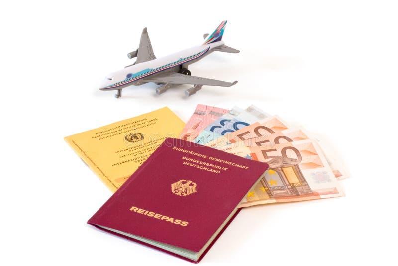 Paszport z pieniądze i szczepienie kartą zdjęcia royalty free