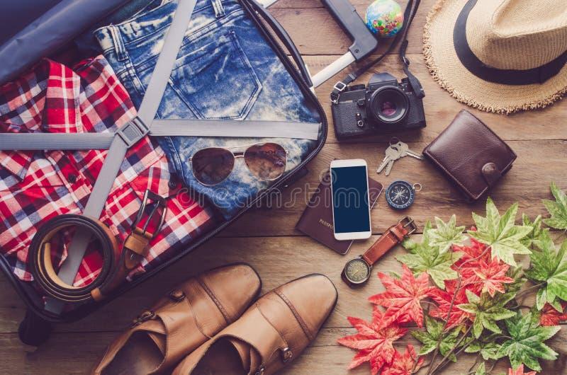 Paszportowi bagaży portfle, gogle, smartphone akcesoria zdjęcia royalty free