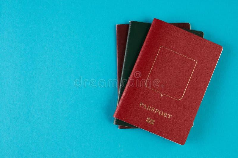 Paszportowy dokument podróżny na błękitnym tle fotografia stock