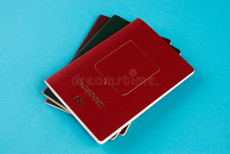 Paszportowy dokument podróżny na błękitnym tle obrazy royalty free