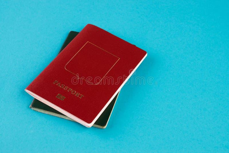 Paszportowy dokument podróżny na błękitnym tle obraz royalty free