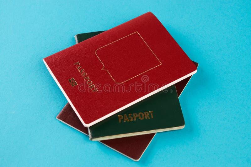 Paszportowy dokument podróżny na błękitnym tle fotografia royalty free