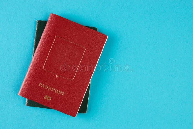 Paszportowy dokument podróżny na błękitnym tle zdjęcie stock