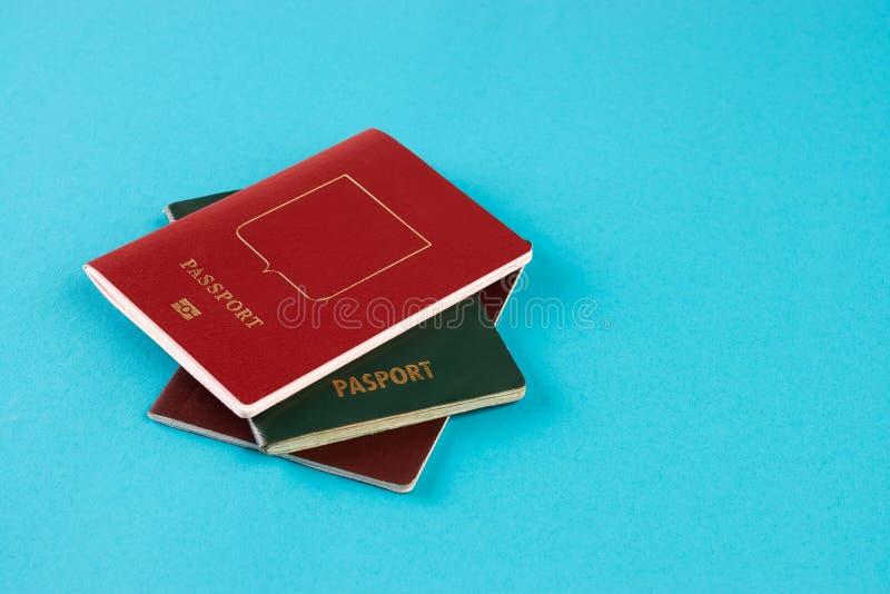 Paszportowy dokument podróżny na błękitnym tle zdjęcia stock
