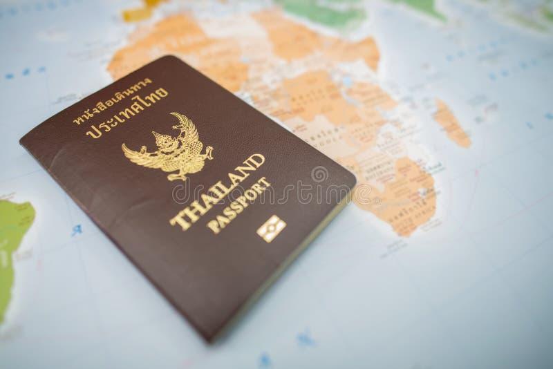 Paszporty na mapie świat zdjęcie royalty free