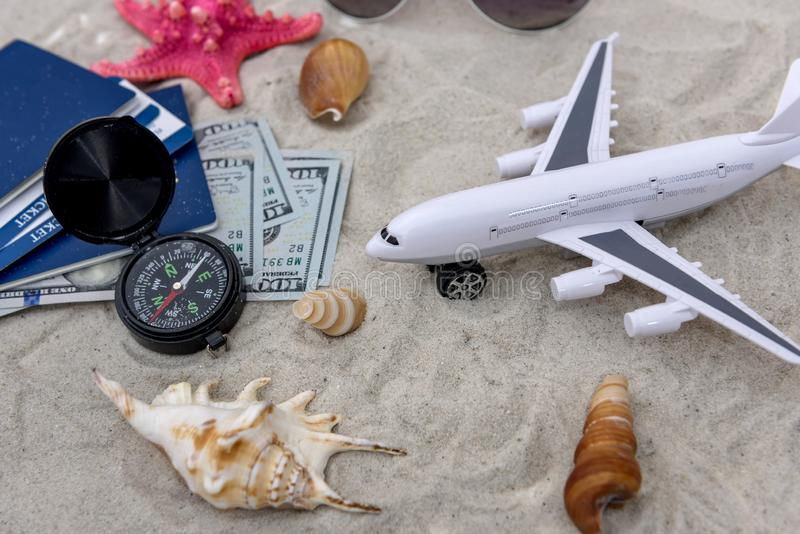 Paszporty z biletami na piasek z samolotem zabawki zdjęcia royalty free