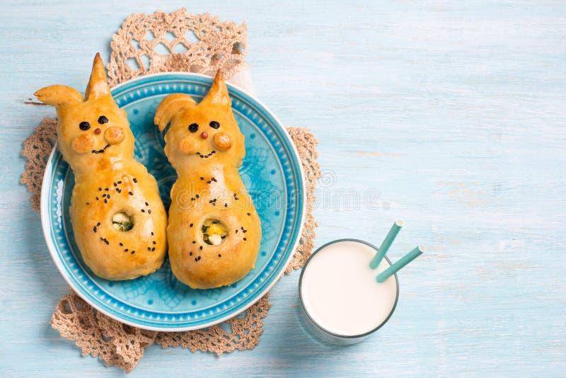 Paszteciki z zielonymi cebulami i jajkiem, w postaci kr?lika na b?awym tle Wy?mienicie Wielkanocny domowej roboty pieczenie obrazy royalty free