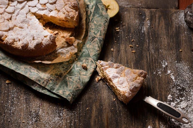 Pasztetowy ciasto z jabłkami i waniliowym puddingiem obrazy royalty free