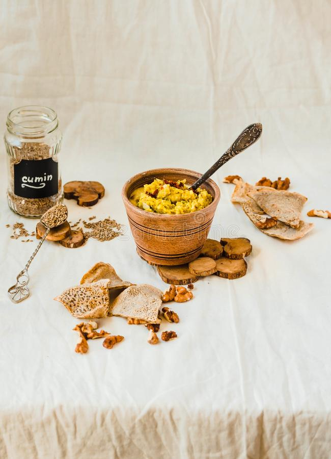 Patè del pesce affumicato in piatto dell'argilla, cracker croccanti del cereale, fuoco molle, primo piano Fuoco selettivo Atmosfe fotografia stock
