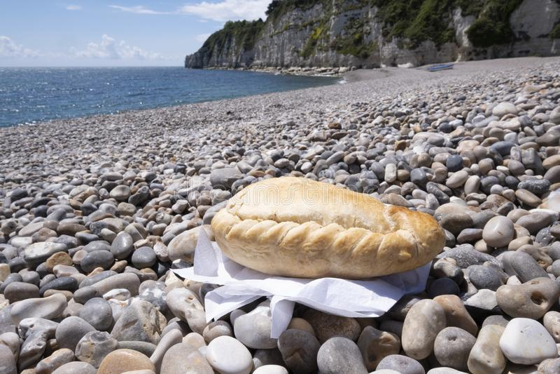 Patè della Cornovaglia su una spiaggia, un meglio della pasticceria di picnic da mangiare all'aperto fotografie stock