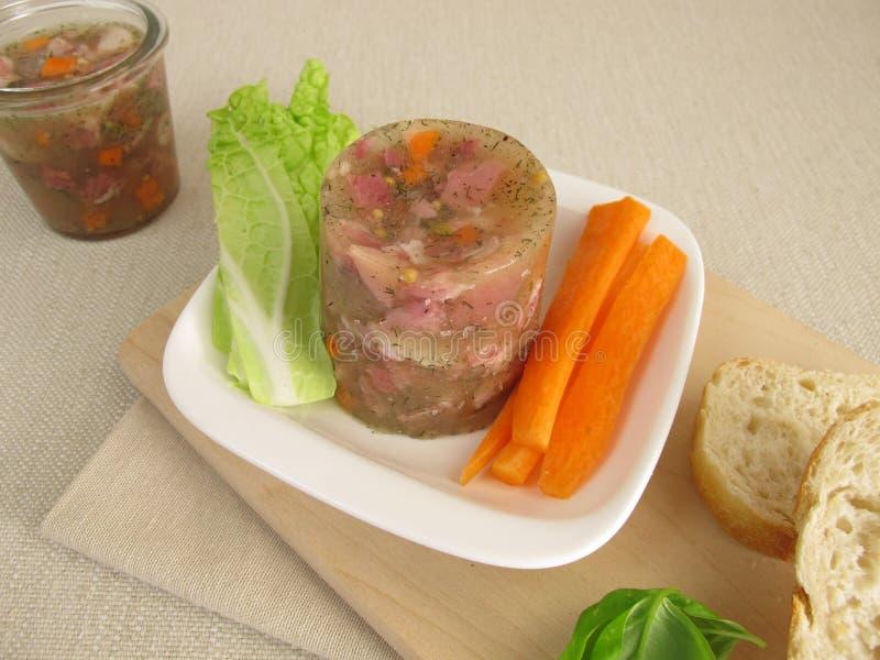 Patè di maiale casalingo con insalata immagini stock libere da diritti