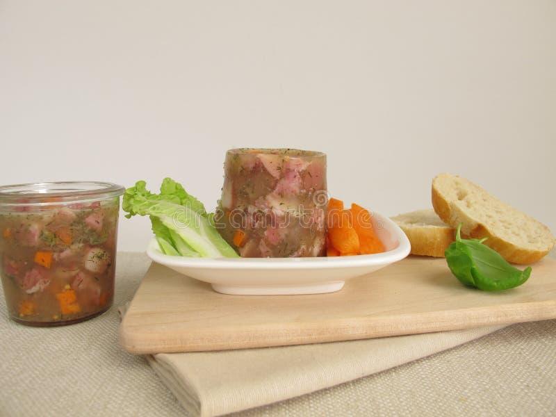 Patè di maiale casalingo con insalata fotografia stock