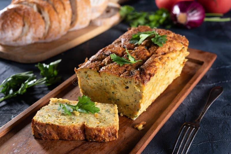 Patè vegetariano dello zucchino su sfondo naturale fotografia stock