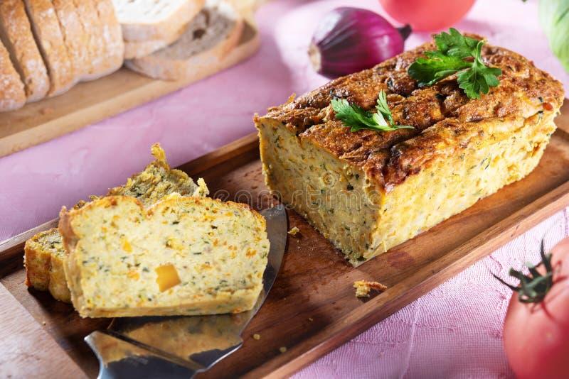 Patè vegetariano dello zucchino su sfondo naturale immagine stock
