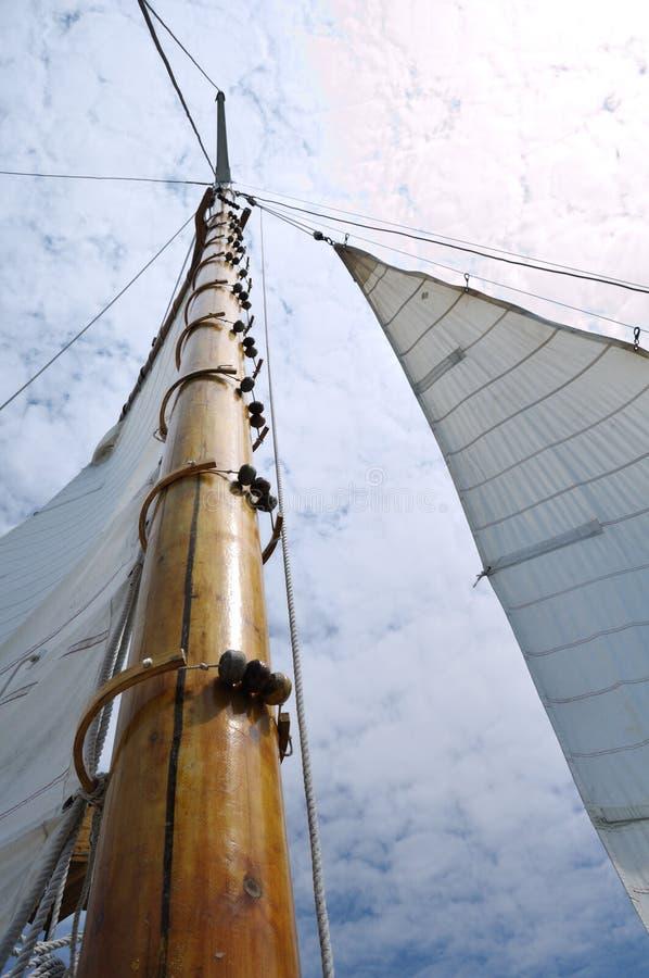 Patíbulo e mastro de madeira do Sailboat do Schooner imagem de stock