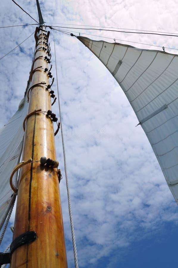 Patíbulo e mastro de madeira do Sailboat do Schooner fotografia de stock royalty free
