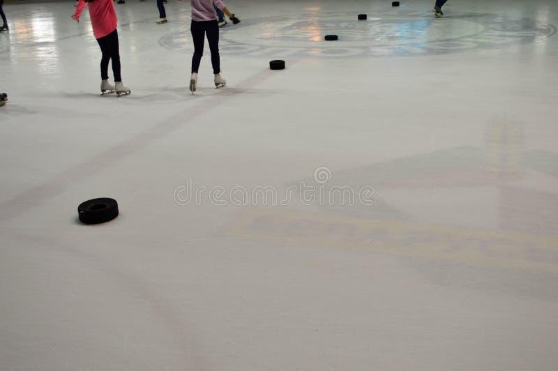Patín de la gente en el hockey sobre hielo fotografía de archivo