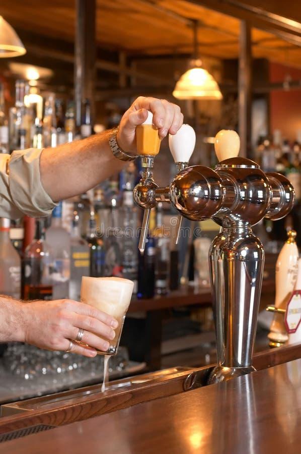 pat dolewania piwa obrazy royalty free