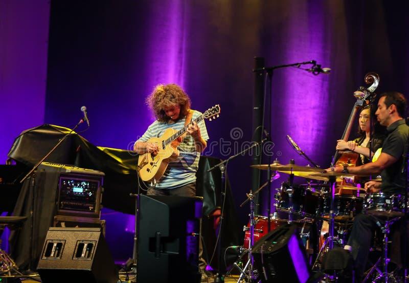 Pat Metheny som spelar på den akustiska gitarren på sommar Jazz Festival i Cracow, arkivbild