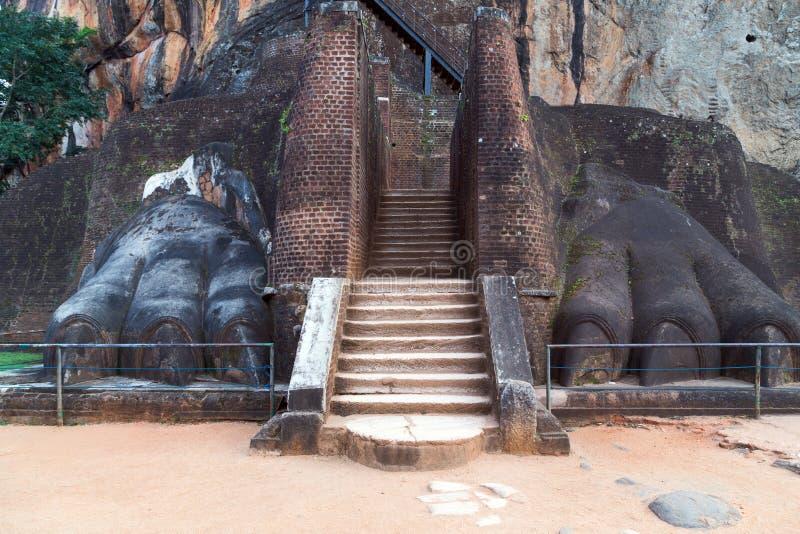 Pata del león de la escalera en Sigiriya, Sri Lanka imagenes de archivo