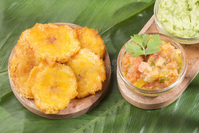 Patacon ή toston τηγανισμένος και ισιωμένος κομμάτια πράσινο plantain, του παραδοσιακού πρόχειρου φαγητού ή του συμπληρώματος στι στοκ εικόνες