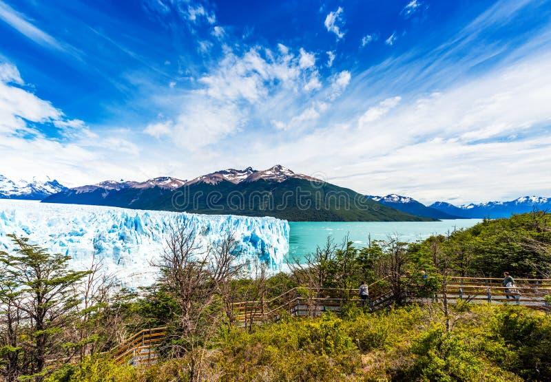 PATAGONIA ARGENTINA - JANUARI 7, 2018: Sikt av Peritoen Moreno Glacier Kopiera utrymme för text arkivbild