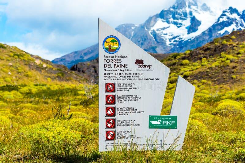 PATAGONIA, CHILE - 4 DE ENERO DE 2018: La placa con las reglas de conducta en las montañas Con el foco selectivo fotos de archivo
