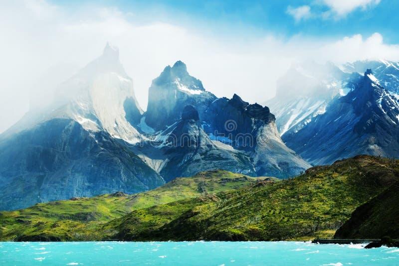 Patagonia Chile, Torres, - Del Paine Majestatyczni szczyty Los Kuernos nad Jeziornym Pehoe  zdjęcie stock