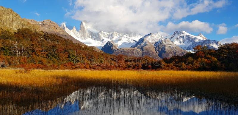 Patagonian χρώματα φθινοπώρου Laguna Capri και τοποθετεί τη Fitz Roy που καλύπτεται από τα σύννεφα, Αργεντινή στοκ φωτογραφίες με δικαίωμα ελεύθερης χρήσης