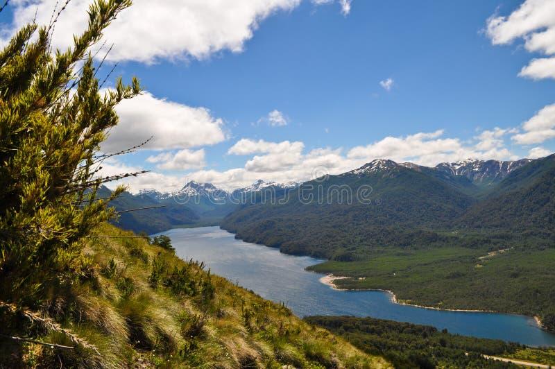 Patagonian λίμνη και βουνά στην Αργεντινή στοκ εικόνα