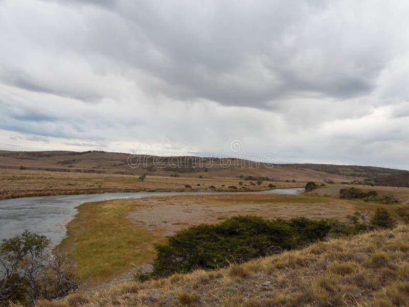 Patagonian flod i Chile på en molnig dag arkivfoto