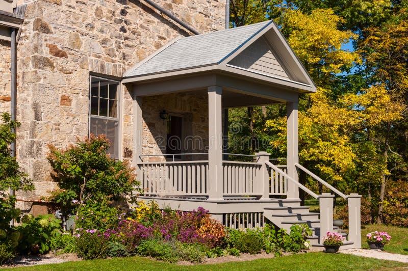 Patamar da casa com flores e as árvores coloridas fotos de stock