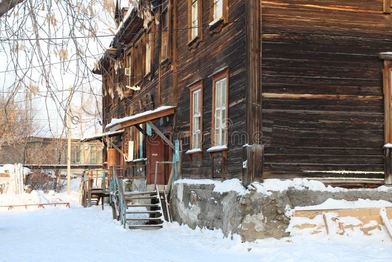 Patamar de uma casa de madeira velha em Sibéria fotografia de stock royalty free